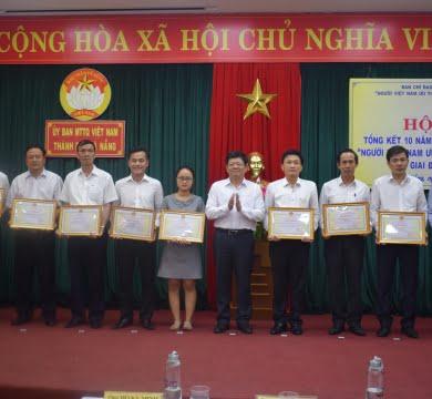 huong-que-nhan-bang-khen-cua-chu-tich-ubnd-tp-da-nang-ve-thanh-tich-xuat-sac-trong-thuc-hien-cuoc-van-dong-nguoi-viet-nam-uu-tien-dung-hang-viet-nam-giai-doan-2009-2019