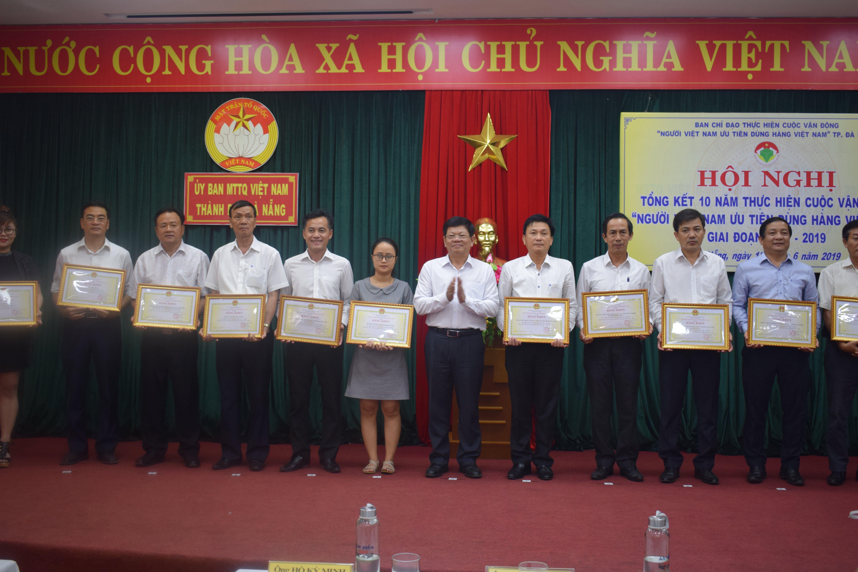 huong-que-nhan-bang-khen-cua-chu-tich-ubnd-tp-da-nang-ve-thanh-tich-xuat-sac-trong-thuc-hien-cuoc-van-dong-nguoi-viet-nam-uu-tien-dung-hang-viet-nam-giai-doan-2009-2019-h4